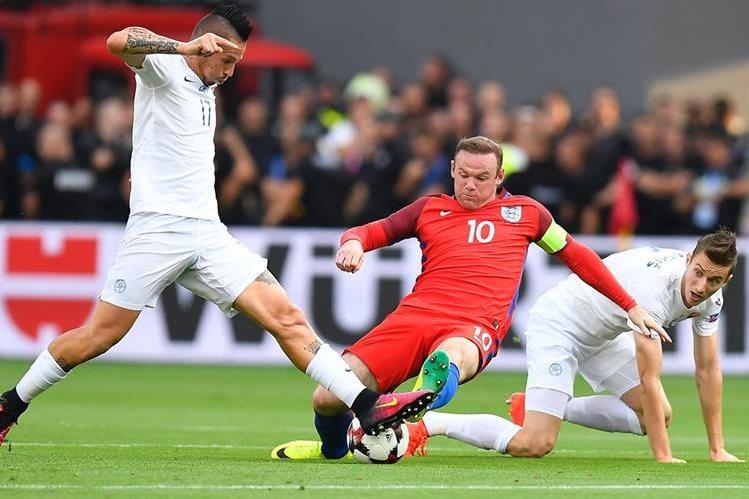 Wayne Rooney en una jugada contra Eslovaquia entre Marek Hamsik y Jan Gregus. (Foto Prensa Libre: AFP)