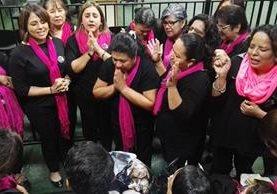 Amigos y conocidos de Anahy Keller celebran la resolución del juzgado. (Foto Prensa Libre: Jerson Ramos)