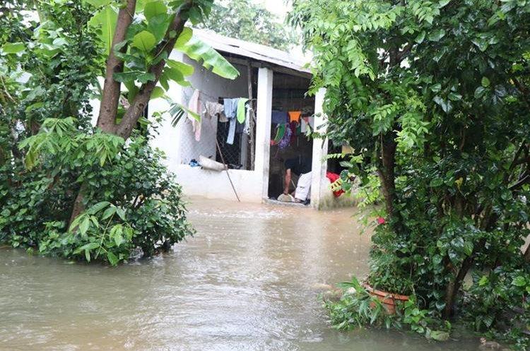 Vivienda inundada en la Tercera Lotificación en Santa Elena, Flores. (Foto Prensa Libre: Rigoberto Escobar)