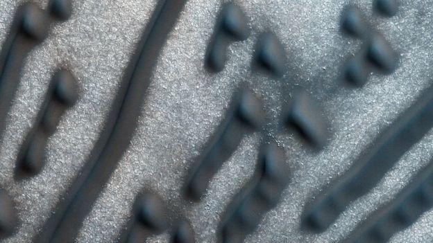 Imagen detallada de los puntos y líneas en la región cerca del polo norte marciano. NASA/JPL/UNIVERSITY OF ARIZONA