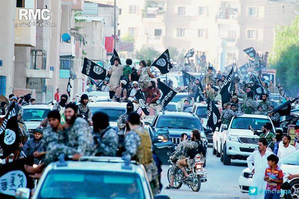 Los combatientes del grupo Estado Islámico celebran la ocupación de la ciudad de Raqqa, Siria.(Foto Prensa Libre:AP)