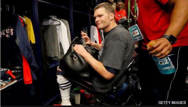 Brady contó que dejó su camisa en su bolsa y al rato notó que había desaparecido.