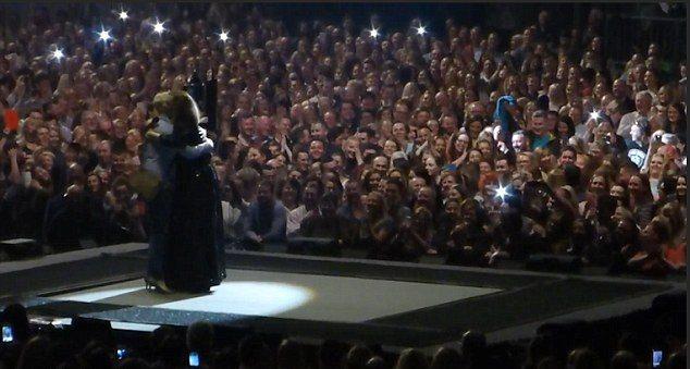 La cantante Adele celebró con una joven el compromiso. (Foto Prensa Libre: YouTube)