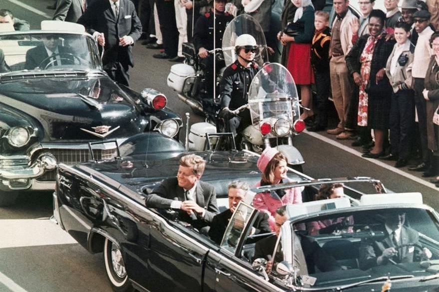 Comitiva del presidente John F. Kennedy minutos antes del ataque en la calle Elm, Dallas, Texas el 22 de noviembre de 1963. (Foto: Hemeroteca PL)