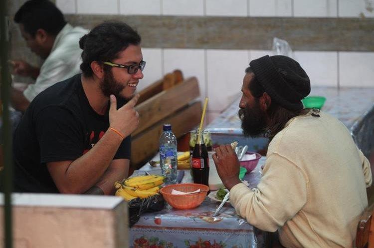 Alan Sánchez –de playera negra- brinda palabras a motivación a Adolfo, a quien invitó a un almuerzo en el Mercado Central de la capital. (Foto Prensa Libre: Erick Ávila).