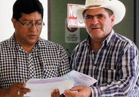 El alcalde Álvaro Rolando Morales, de sombrero, no está preocupado por antejuicio. (Foto Prensa Libre: Edwin Paxtor)