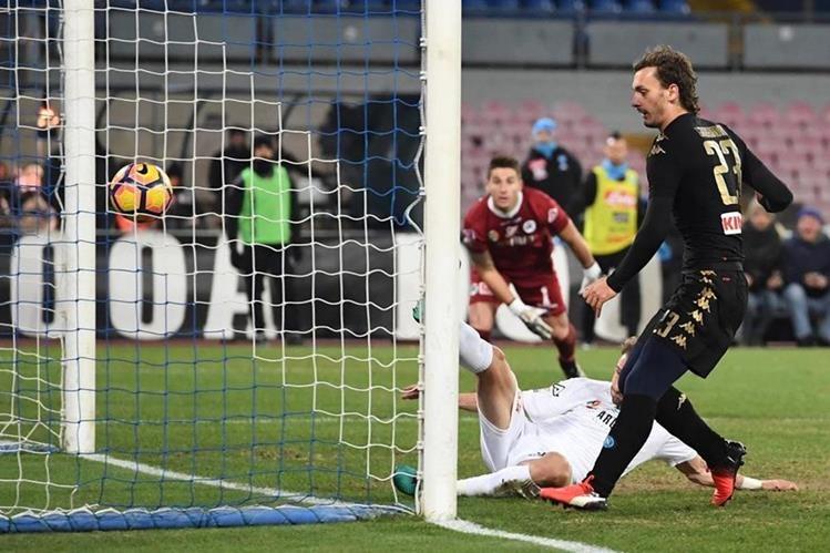 El exjugador del Nápoles Manolo Gabbiadini (derecha) fue fichado por el Southampton por €16,5 millones. (Foto Prensa Libre: EFE)
