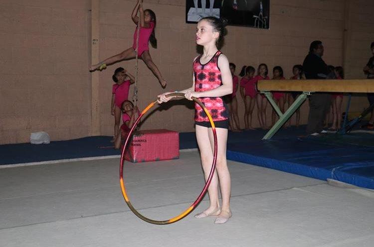 Las niñas participan en eventos de gimnasia artística. (Foto Prensa Libre: Raúl Juárez)