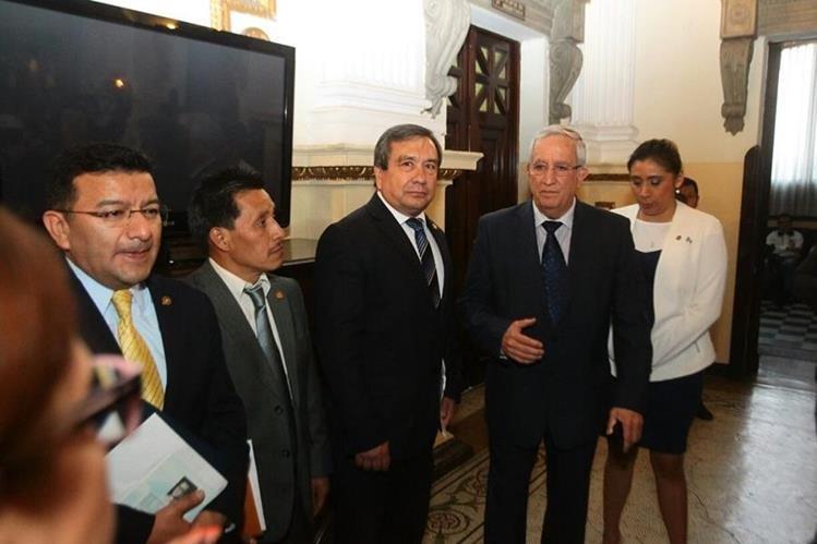 German Velásquez, Mario Pérez, Julio Longo, Oliverio García y Eva Monte, integrantes de la comisión pesquisidora. (Foto: Alvaro Interiano)