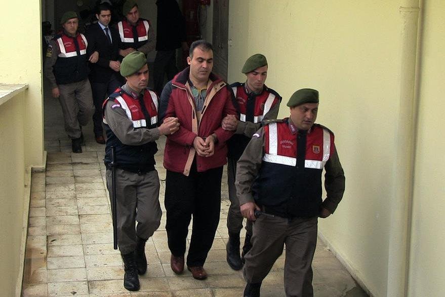 Policías conducen a los traficantes sirios Muwafaqah Alabash y Asem Alfred, condenados por el caso Aylan. (Foto Prensa Libre: AP).