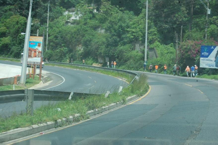 En la ruta  hacia San Lucas Sacatepéquez son evidentes los daños en la barra metálica de seguridad. (Foto Prensa Libre: Víctor Chamalé)