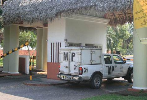 Un vehículo del Ministerio Público ingresa al hotel donde ocurrió el doble asesinato.
