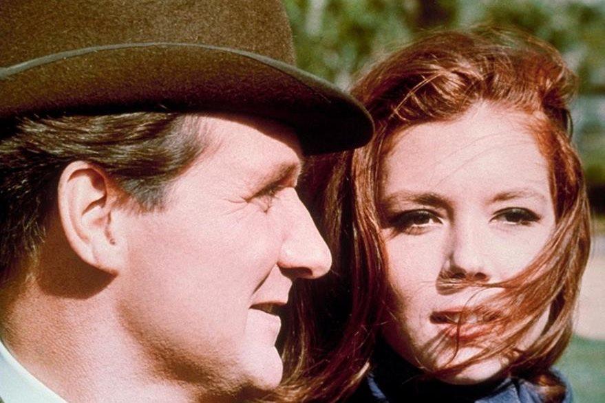Patrick Macnee, como John Steed, y Diana Rigg como Emma Peel, agentes secretos británicos en una escena de la serie The Avengers en 1966.  (Foto Prensa Libre: AP)