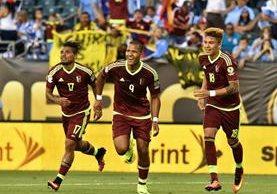 Salomón Rondón festejo a sus compañeros la anotación. (Foto Prensa Libre: AFP)