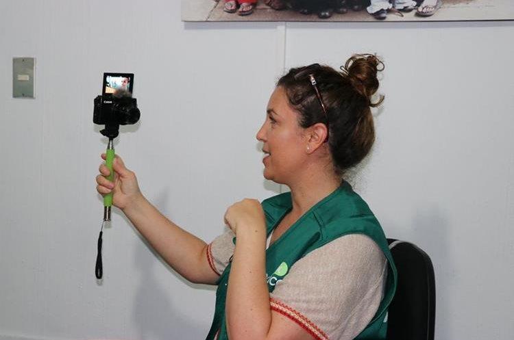 Mónica Vicente graba para su canal de Youtube. Foto Prensa Libre: Héctor Cordero.