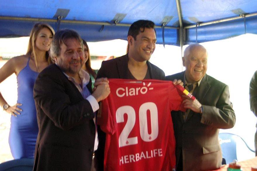 Municipal hizo una fiesta total en la presentación de Carlos Ruiz en el estadio del Trébol en febrero del 2014. (Foto Prensa Libre: Hemeroteca)