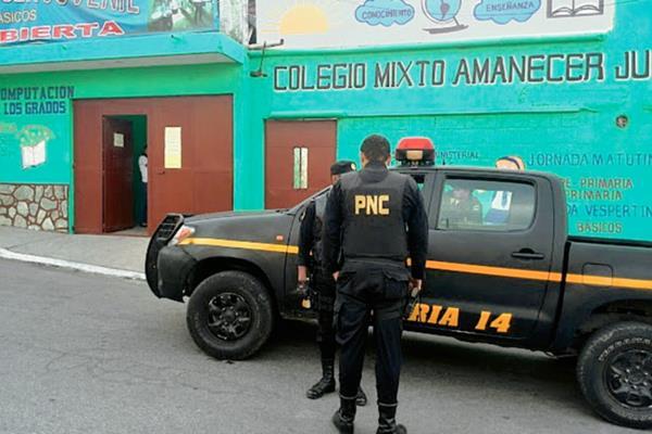 Policía resguarda el colegio. (Foto Prensa Libre: Estuardo Paredes)