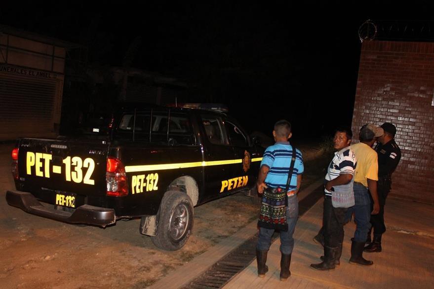 Cadáver de Vicente Choc Mucú, en San Luis, Petén, es trasladado a la morgue local por la PNC. (Foto Prensa Libre: Walfredo Obando)