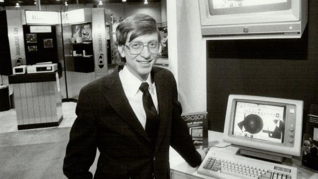 Bill Gates, en esta imagen de 1985 con 30 años, puso el software de su compañía, Microsoft, en las computadoras domésticas de IBM. KEITH BEATY/GETTY IMAGES