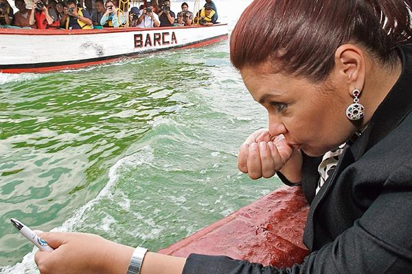 """El 23 de marzo último, Roxana Baldetti, entonces vicepresidenta de la República, recorrió en lancha el Lago de Amatitlán, para verificar el supuesto proceso de limpieza. """"El agua no tiene mal olor"""", expresó luego de haber tomado agua con una mano. El procedimiento, que tendría un costo de Q137 millones, fue defendido vehementemente por Baldetti, por la entonces ministra de Ambiente, Mishell Martínez, y por el secretario del Agua de la Vicepresidencia, Pablo González. Se conformó una comisión para evaluar formas de limpiar el Lago de Amatitlán, pero esta no logró consensos."""