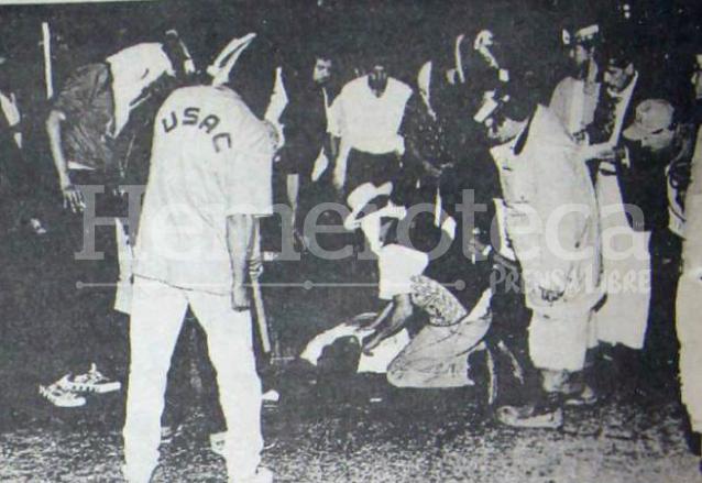 Estudiantes rodean el cuerpo del estudiante José Rigoberto Cu Quim muerto a balazos por miembros de las fuerzas de tarea Hunapú el 10 de abril de 1992. (Foto: Hemeroteca PL)
