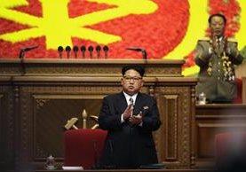 Kim Jong-un aparece en el escenario mientras es vitoreado por los asistentes. (Foto Prensa Libre: AP).