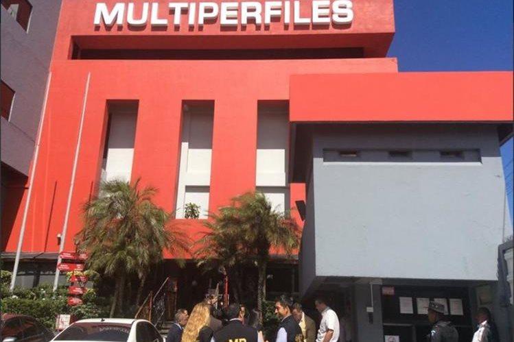 Fiscales del Ministerio Público durante las diligencias de este viernes. (Foto Prensa Libre: @SATGT)
