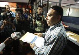 el abogado Hugo Archila da el documento en la CC.