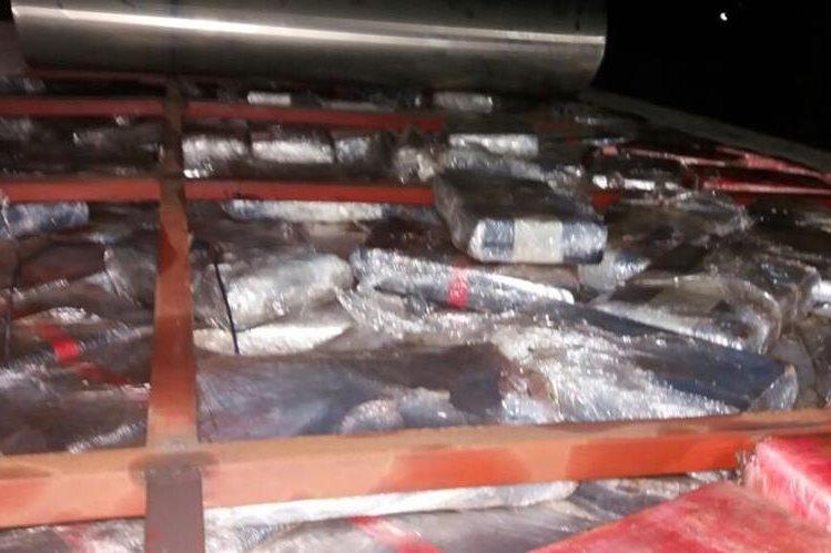La droga estaba escondida en el techo del camión. (Foto Prensa Libre: MP)