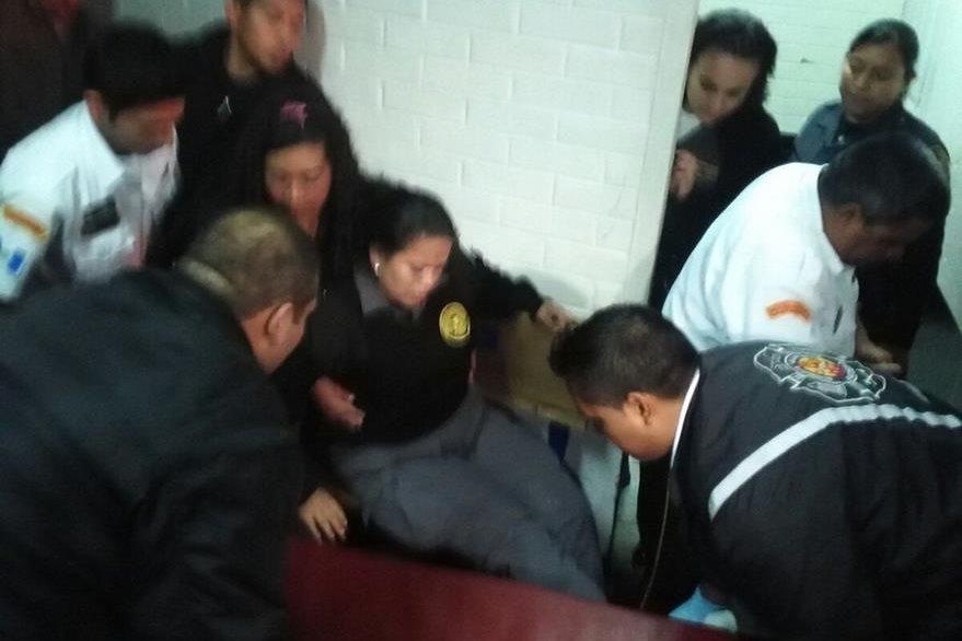 Maldonado Gálvez es atendida por Bomberos Voluntarios por la herida en el pie. (Foto Prensa Libre: Cortesía)