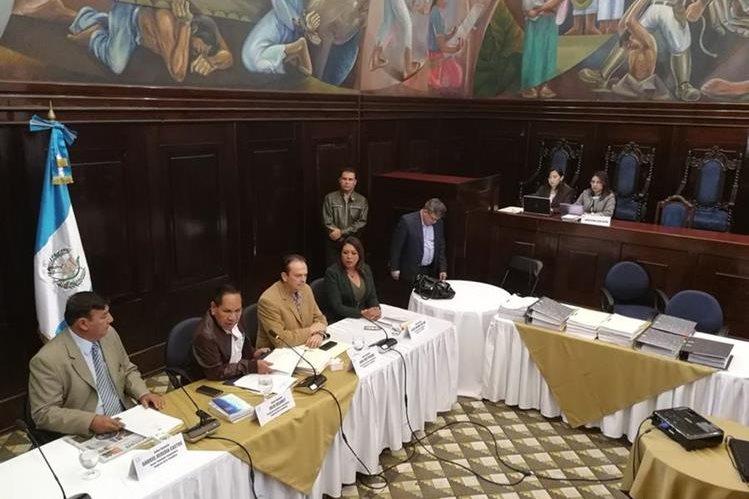 Comisión Pesquisidora solicitó una prórroga para entregar el informe circunstanciado, el cual ofrecieron para mañana al mediodía. (Foto Prensa Libre: Esbin García)