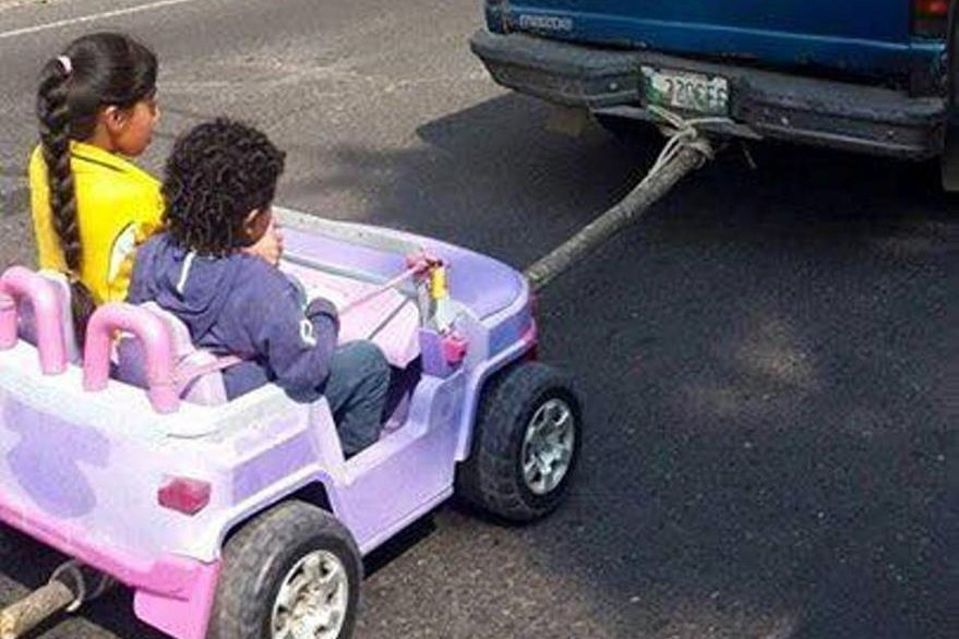 Un palo y un lazo sujetan el juguete con el picop. (Foto Prensa Libre: tomada de Facebook).