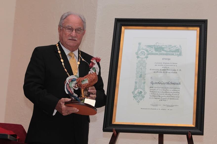 Ricardo Castillo Sinibaldi, fue condecorado por sus logros durante 45 años al frente del Irtra.  (Foto Prensa Libre: Edwin Castro)