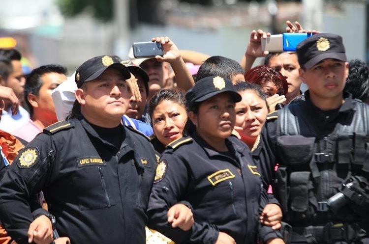 Familiares llegaron el día que ocurrió el motín en el correccional. (Foto Prensa Libre: Estuardo Paredes)