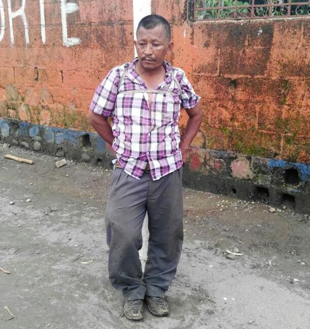 Francisco Guzmán fue atado a la portería del campo de futbol del lugar. (Foto Prensa Libre: Rolando Miranda)