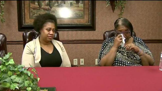 Ambas mujeres en una emotiva conferencia para dar a conocer el caso. (Foto Prensa Libre: Tomada de Wkbn.com)
