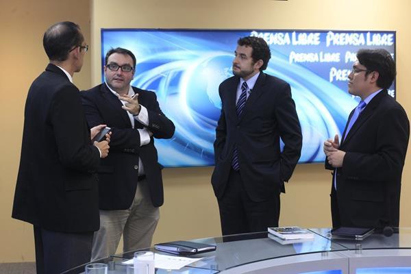 Los analistas Eduardo Fernández y Alexánder Aizenstatd conversan con los periodistas Geovanni Contreras y José M. Patzán, en el programa Diálogo Libre.