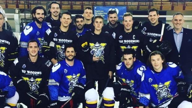 Bieber, en el centro, con el equipo. (Foto Prensa Libre: ManchesterStorm.com).