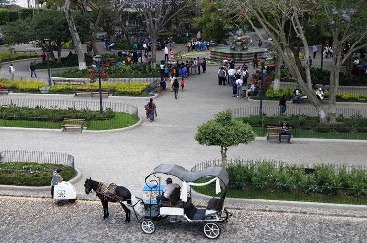 La Municipalidad de Antigua Guatemala, Sacatepéquez, revocó las licencias de los carruajes jalados por caballos. (Foto Prensa Libre: Renato Melgar)