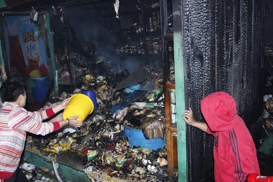 Vecinos colaboraron para evitar que el incendio se propagara. (Foto Prensa Libre: Víctor Chamalé)