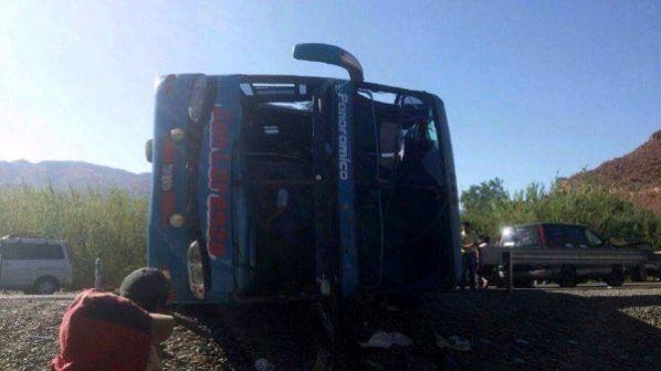 El autobús de la empresa San Lorenzo se accidentó al volcarse en la ciudad boliviana de Tarija.