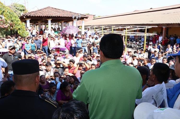 La población le pidió una gestión transparente y obras para el municipio. (Foto Prensa Libre: Enrique Paredes)
