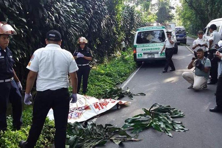 Autoridades resguardan el lugar donde fue asesinado un hombre en la lotificación Belén, de Colomba Costa Cuca. (Foto Prensa Libre: Cortesía)