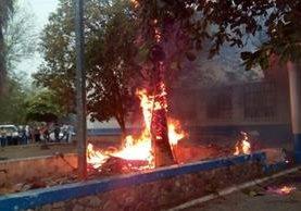 Un árbol prendió en llamas por la caída del rayo. (Foto Prensa Libre: Mario Morales)
