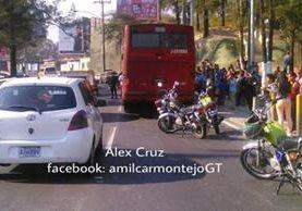 Pese a que el ataque armado ocurrió a las 14.50 horas a las 19.53 horas, aún hay atasco y la unidad no ha sido retirado del lugar del hecho. (Foto Prensa Libre: Amílcar Montejo)