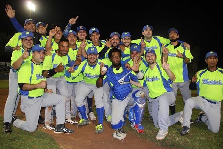Los jugadores de Municipal celebran el título luego de superar en la final a Vikingos. (Fotos cortesía CDAG).