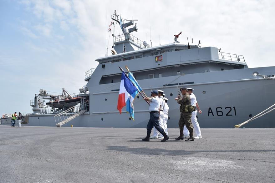 Autoridades de Guatemala reciben a tripulación de embarcación francesa, en Puerto Quetzal, Escuintla. (Foto Prensa Libre: Carlos E. Paredes)