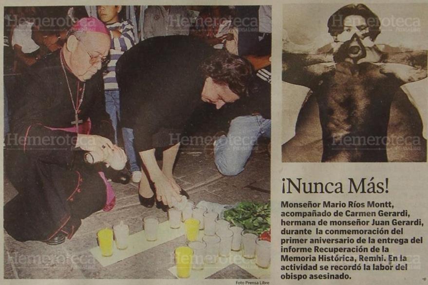 Monseñor Jorge Mario Ríos Montt y Carmen, la hermana de Gerardi, encienden velas en la Plaza Central en el primer aniversario de la muerte del obispo. (Foto: Hemeroteca PL)
