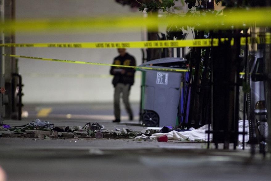 Escombros y cadáveres tras desplomarse el balcón en Berkeley. (Foto Prensa Libre: EFE).