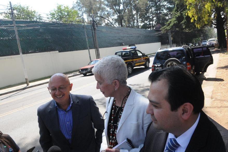 Adela de Torrebiarte, junto Stuardo Ralón (D) y Hugo Maúl (I), integrantes del Comité de Regularización. (Foto Prensa Libre: Norvin Mendoza)
